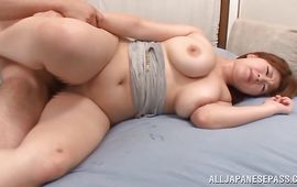 Stunning cougar Rina Araki swallows a large rod