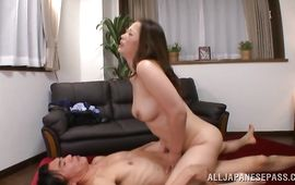 Astounding mature lady gives an amazing blowjob